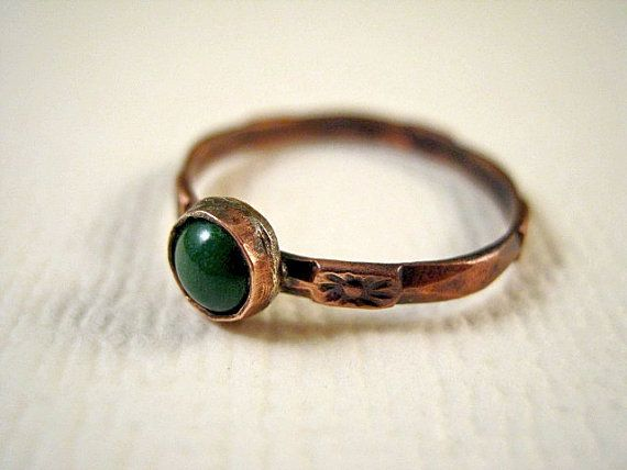 Green enamel ring with classical pattern, size 7 / Klasszikus mintájú zöld zománcos gyűrű, 54/55-ös méretben.