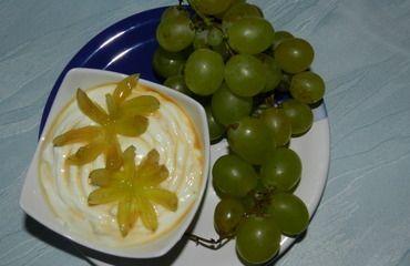 Vyšleháme smetanu. Řecký jogurt  vymícháme s Mascarpone a vanilkovým cukrem. Dochutíme medem a lehce vmícháme šlehačku.Podáváme s ovocem, které máte rádi.