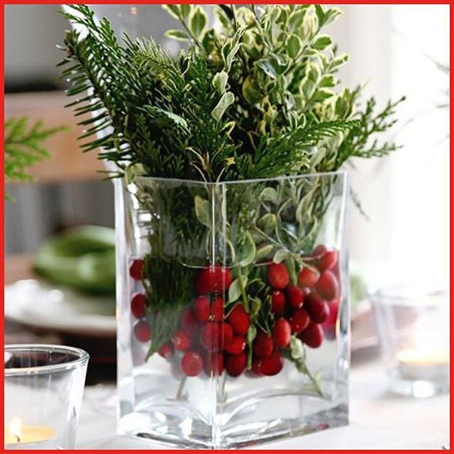 December 5: A lovely centerpiece for the season you easy make with a clear glass vaseI filled with cranberries in the bottom. Then add water and a mixture of different greens. Image from findinghomefarms.com⠀ #adventcalendar #adventskalender #christmas #centerpiece #cranberries
