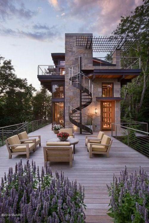 Casa en ladera con terraza deck