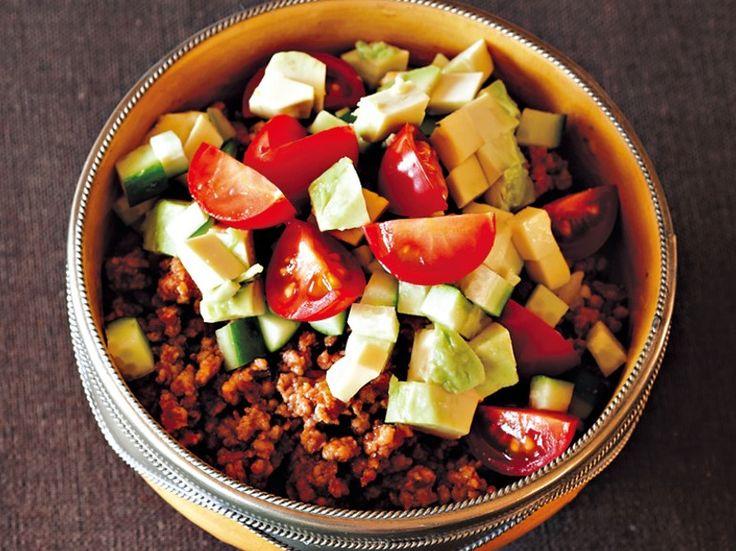 ケチャップとスパイスで炒めたひき肉に、トマトやきゅうり、アボカドを散らせば完成! 材料・4人分 豚ひき肉200g にんにく1かけ オリーブオイル小さじ2 塩小さじ1/2 トマトケチャップ大さじ約1と1/2 しょうゆ少々 オレガノ、パプリカパウダー、チリパウダー、クミンパウダー(あれば)各約小さじ1/2 温かい