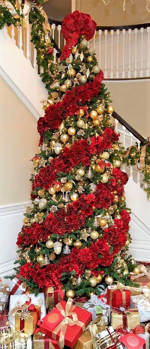 Árvore de Natal com decoração vermelha, dourada e prateada clássica