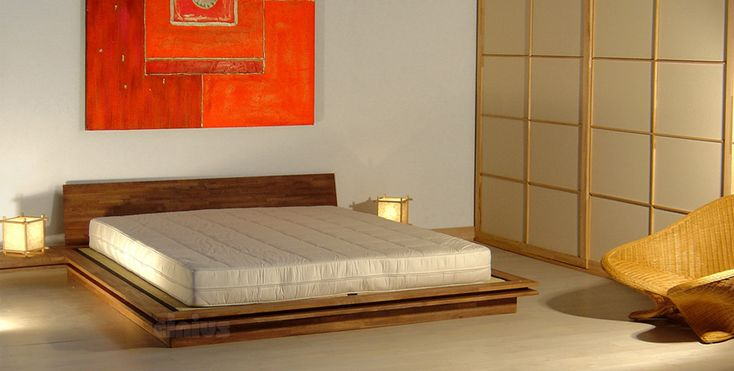 Det är inte nyhet att japaner är ganska blygga och brukar varken skryta eller tala gott om sig själva. 😊Men det finns grejer japaner kan vara riktigt stolt över. 🎎Folk i Japan är bra på att jobba hårt men de är proffs på att slappna av. Det är något som vi verkligen kan lära oss! Skapa ett rogivande sovrum i japansk stil med rena linjer och neutrala färger, möbler i naturmaterial och en lång sängram med riktigt skön futon madras👌 . . . ✅TOKI säng i massiv bok från italienska Cinius…