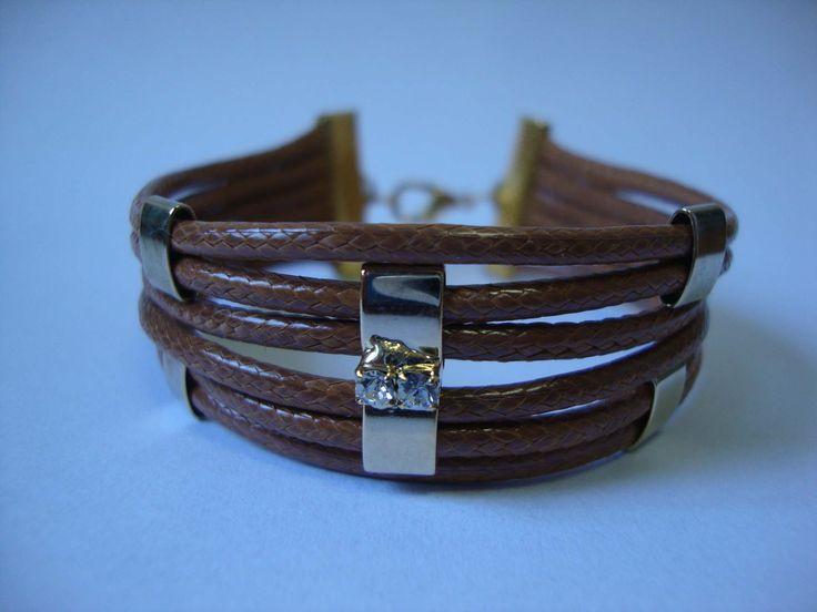 Pulseira de couro com detalhes dourados e strass