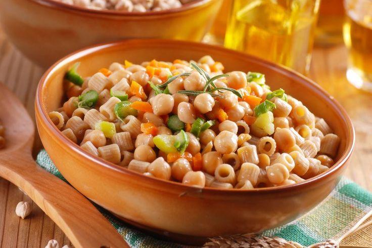 La pasta e ceci è un piatto della tradizione, leggero e poco calorico, perfetto anche per chi con mangia carne. Ecco la ricetta