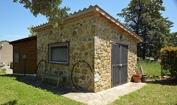 Inoltre vi sono un comodo garage di circa 24 mq., una casetta in pietra con vari utensili agricoli e di un'ampia legnaia coperta da tettoia.