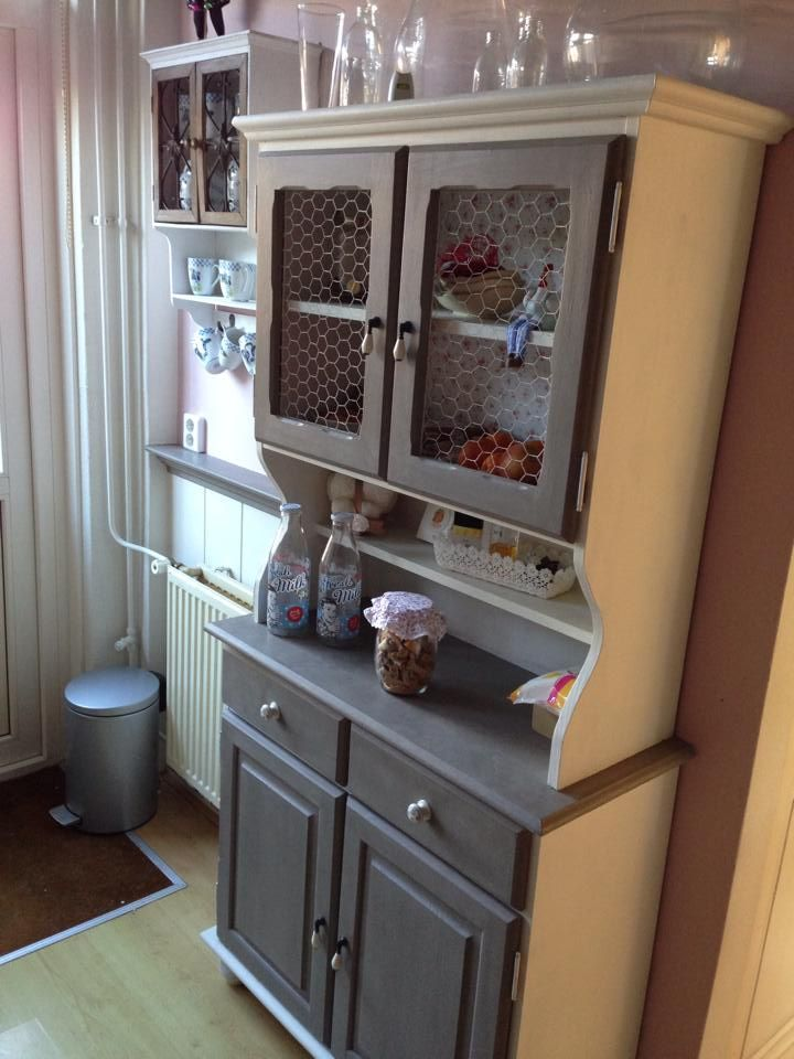 Keukenkast in Annie Sloan krijtverf French Linen en Annie Sloan krijtverf Old White, nabehandeld met wax. Tip vond ik in dat fantastische boek van jullie!! Kleuren combi komt echt goed over!!
