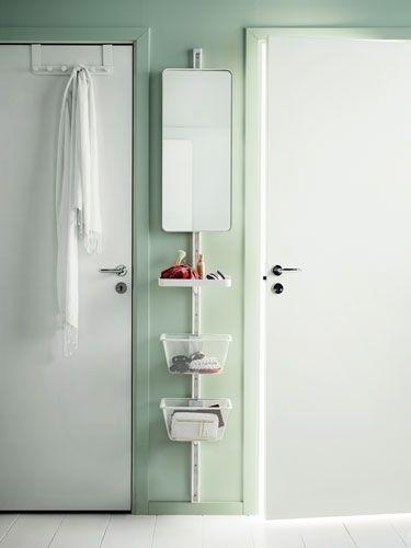 Besonders in kleinen Fluren ist Platz eine Rarität. Da muss man den vorhanden Raum clever nutzen. Die Wand zwischen zwei Türen kann man für eine schmale Leiste mit Spiegel und Körben nutzen. Aber bloß nicht zu viel Krempel ablegen - das sieht schnell nach Chaos aus.