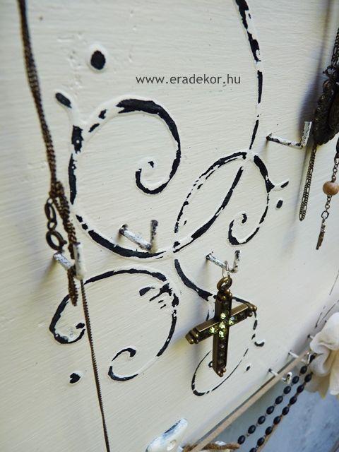 Nagyméretű antikolt fehér színre festett ékszertartó fa tábla. Fotó azonosító: EKSZNAGYF6
