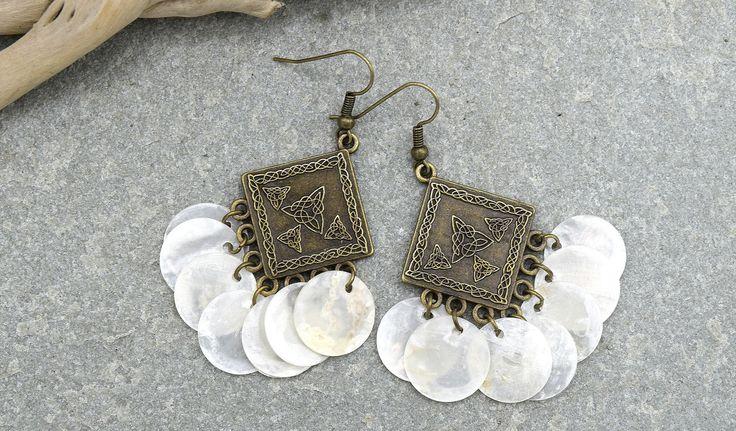 Boucles d'oreille chandelier pièces de coquillage nacré , boucles d'oreille pendantes pétales de nacre blanche, : Boucles d'oreille par ethnic-feather