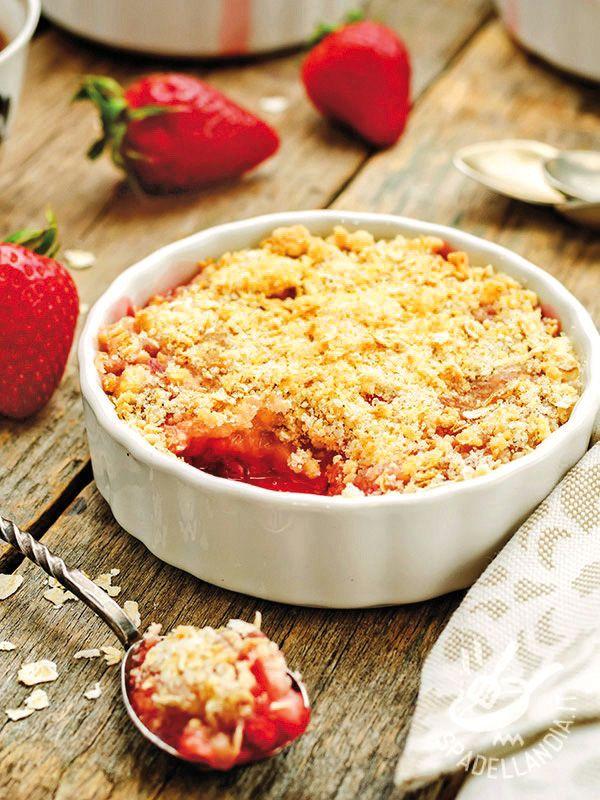 Il Crumble con fragole e cereali è un dolce molto appetitoso ma anche salutare, ricco di cereali, mandorle e spezie! #crumbleallefragole