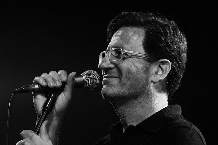 Θανάσης Παπακωνσταντίνου: Τραγουδά για την Ακτ-ειν στο Βεάκειο Θέατρο Πειραιά