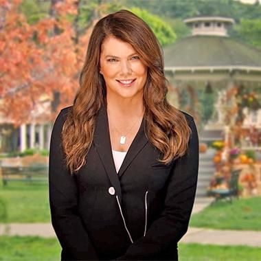 Hot: Lauren Graham introduces Gilmore Girls to the world in new Netflix promo