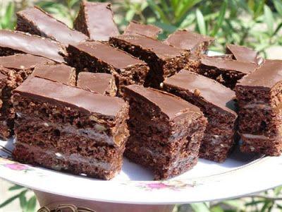 Receptek, és hasznos cikkek oldala: Fenséges csokoládés diós piskóta, nagy adag csokikrémmel és csokoládébevonattal!