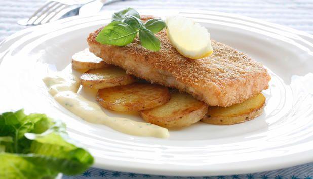 Laksesnitsel med stekte poteter og frisk salat er både enkelt og raskt å lage. Server med saus etter ønske!