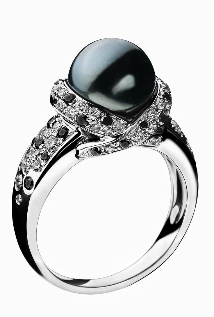 Bague Perle Caviar Cette bague montée d'une perle grise de Tahiti de 9mm est le symbole de la rareté. En or blanc 18 carats, elle met en valeur toute la beauté de la perle qui est entourée d'un pavage diamants blancs (0,20 carat) et noirs (0,40 carat).
