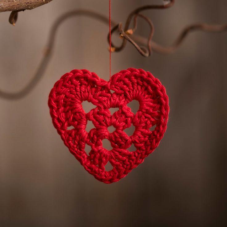 Virka ett hjärta och häng i granen, gardinen, trollhasselgren eller på en julklapp. Möjligheterna är många ❤ På vår blogg www.cchobby.se/blog hittar du beskrivningen till detta söta hjärta  #cchobby.se #kreativ #pyssel #diy #pysselinspiration #kreativitet #minförstajul #tomtebebis #julpyssel #jul #virkathjärta