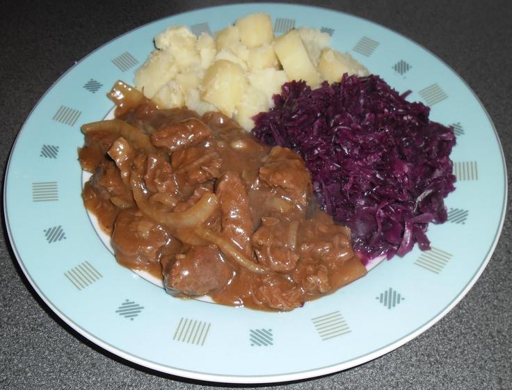 Hachee, met gekookte aardappelen en rode kool