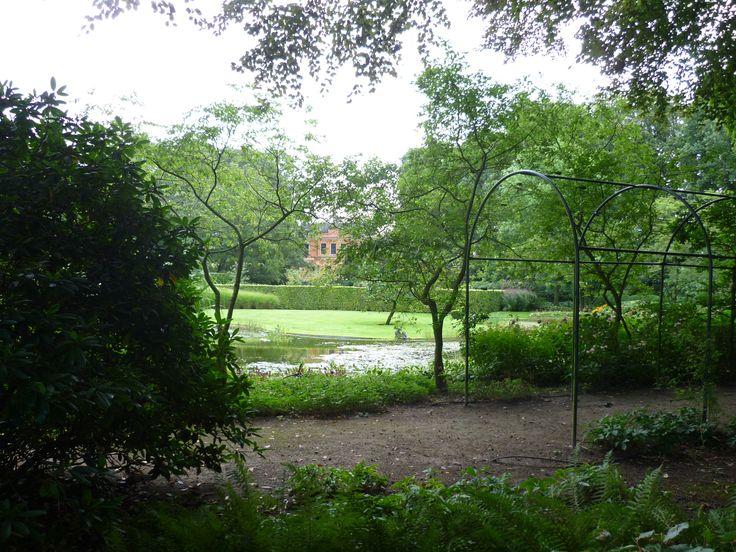 2013-09-15 Kijkje vanaf de achterzijde op Huize 't Schol met fraaie tuin