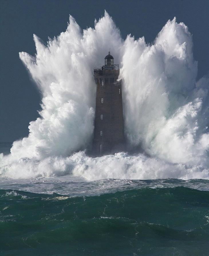 Um farol nas Ilhas Féroe experimentando a força das ondas...