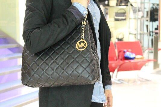 •MICHAEL KORS• Ad alcune cose è impossibile resistere, figuriamoci se riuscissimo a farlo davanti all'effetto trapuntato della Shopping Susannah  Scoprila qui > http://goo.gl/tbrMXu   #michaelkors #korscollection #susannah #donna #moda #accessori #woman