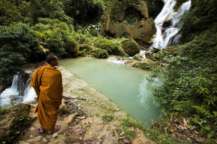 """På denne tur skal I opleve de etniske mindretals stammer Khmu og Hmong i det nordlige Laos. Khmu bliver også kaldet """"Laos Theung"""" og boer primært imellem lav og højlandet. Hmong stammen, undertiden kaldet """"Laos Soung"""", bor i højlandet langs bjergrygge. I skal trekke igennem uberørt jungle, opleve smukke vandfald, overnatte hos lokale stammer og sejle i kajak ned af Nam Xuang floden, hvor I fra første parket kan opleve livet langs floden."""