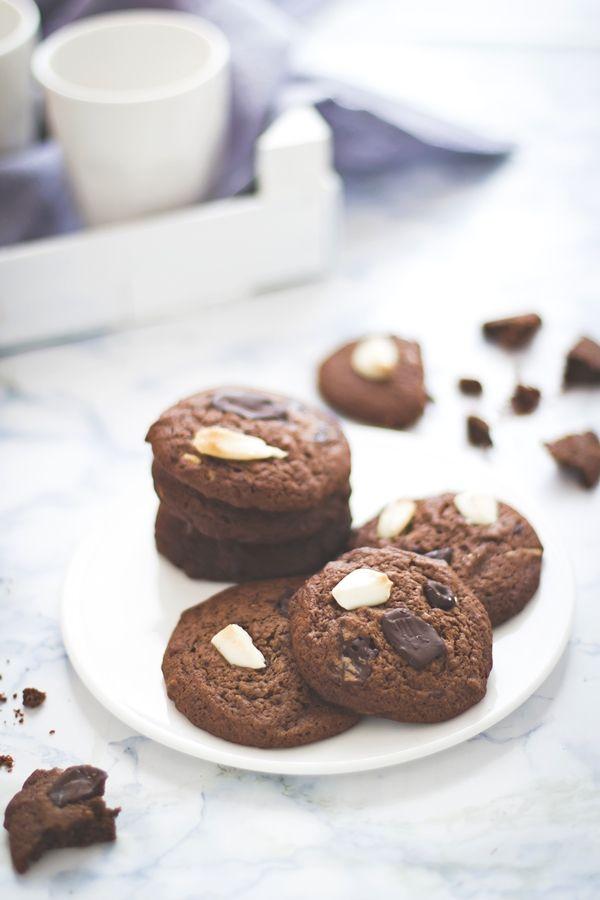 Se un biscotto al cioccolato non basta prova a realizzare questi con cioccolato bianco e fondente, poi dimmi se riesci a smettere di mangiarli. Io non ci riesco!
