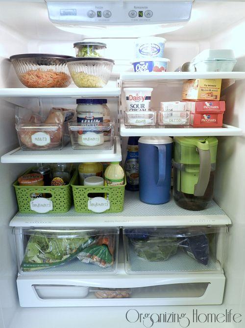 un réfrigérateur bien organisé