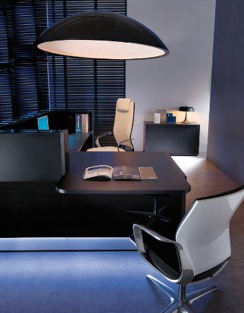 Lada recepcyjna Linea to proste linie, lekkość i połyskująca biel, które wystarczą żeby nadać stylu każdemu pomieszczeniu. Zainstalowane przy dolnej krawędzi białe ledowe światło podkreśla minimalistyczną estetykę meblowego systemu recepcyjnego dodając mu charakteru. #elzap #meblebiurowe #komfort #design #moderndesign #office #biuro #furniture #work #gabinet