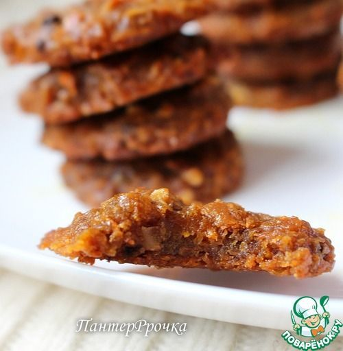 Морковное печенье мягкое, тянучее. Ингредиенты: Морковь — 350 г Сахар — 150 г Ванильный сахар — 1 ст. л. Соль (щепотка) Сметана — 50 г Масло растительное — 150 мл Мука ржаная — 170 г Орехи — 80 г Какао-порошок — 2 ст. л. Корица — 1 ч. л. Гвоздика
