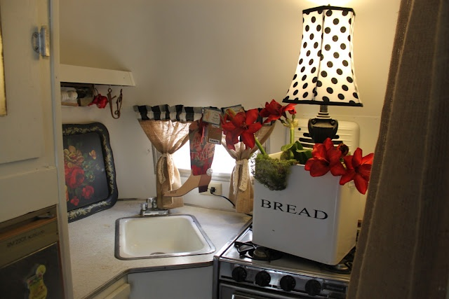 The Trailer Gal: Vintage Trailer Tour - I LOVE The round table @ the dinette!