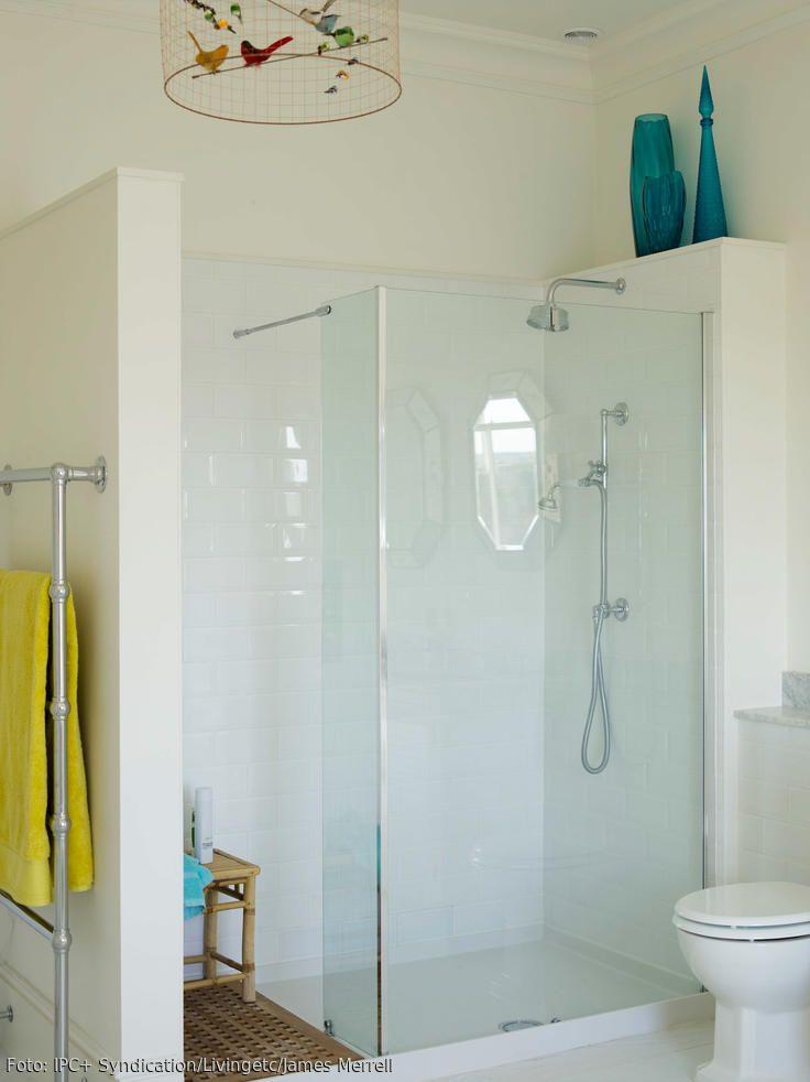 Die große ebenerdige Duschkabine mit Glasfront bietet auch mal genug Platz für zwei. Die farbige Deko bringt Leben ins sonst sehr sterile Bad. Ein besonderes Highlight ist der Vogelkäfig an der Decke.