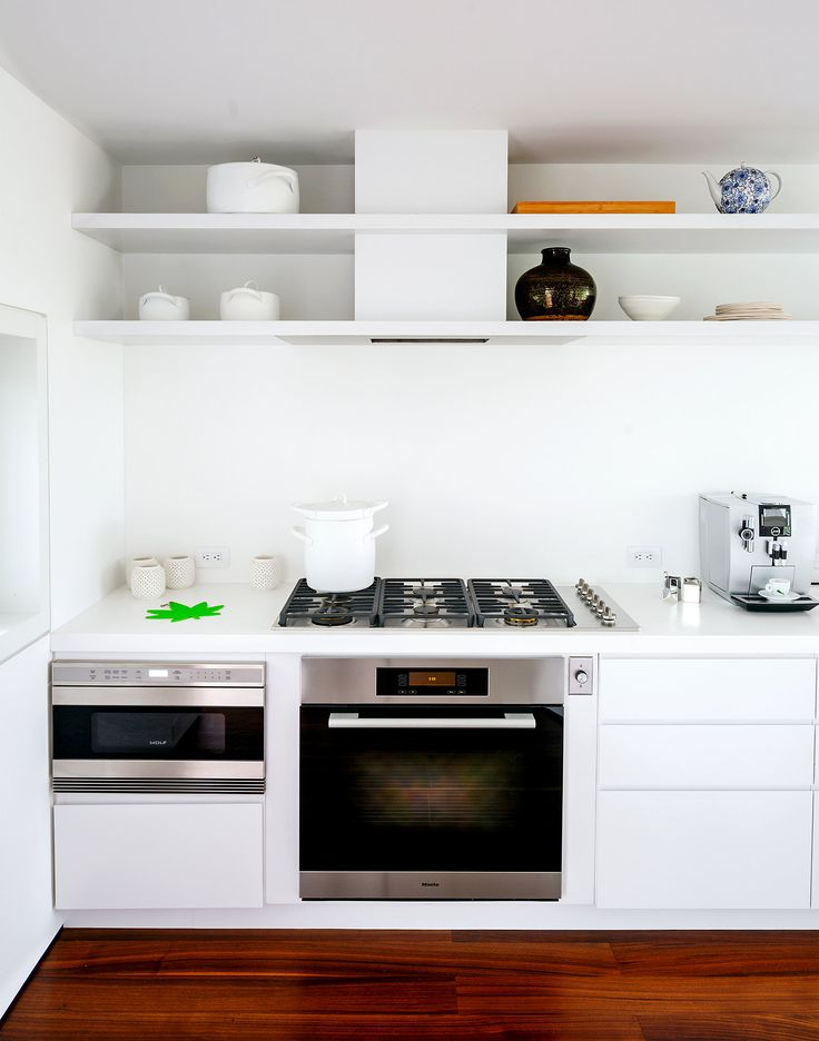 The exhaust fan over the cooktop is beautifully hidden/integrated into the shelving. Lovely solution. Richard Meier's High and Mighty Beach House - NYTimes.com