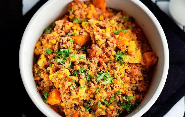Marokkolainen jauhelihapata Marokkolainen jauhelihapata on helppo arkiruoka, joka syntyy linsseistä, juureksista ja jauhelihasta. Pataan voi käyttää myös karitsan jauhelihaa. Ruokaisan padan voi tarjota sellaisenaan tai leivän tai riisin kera. 1. Kuori ja kuutioi porkkana ja palsternakka. Kuori ja hienonna sipuli ja valkosipulinkynsi. 2. Lämmitä pannulla öljy, lisää kurkuma ja harissatahna. Lisää joukkoon kasvikset ja kääntele …