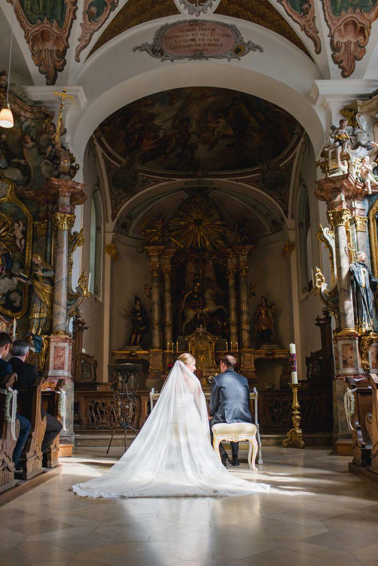 Einen ganz langer Schleier mit Spitze trägt die Braut in der Kirche bei ihrer Trauung.  Foto: Jung und Wild Design