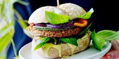 Vegetarische burger met geroosterde groenten en mayonaise maison | Simply you