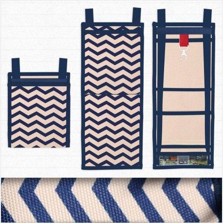 Le Ti Sac Chevron et son porte mousqueton rouge, un petit sac à main chic et ultra pratique au style marin. A utiliser comme un petit sac de tous les jours, comme pochette de voyage ou comme compagnon pour un plus grand sac à main.  #sac_à_main #besace #bags_designer #style_marin #madeInFrance #motif_chevron #chevron_handbags Plus/More Collection Marin : https://www.tisac.shop/4-LeTiSacMarin