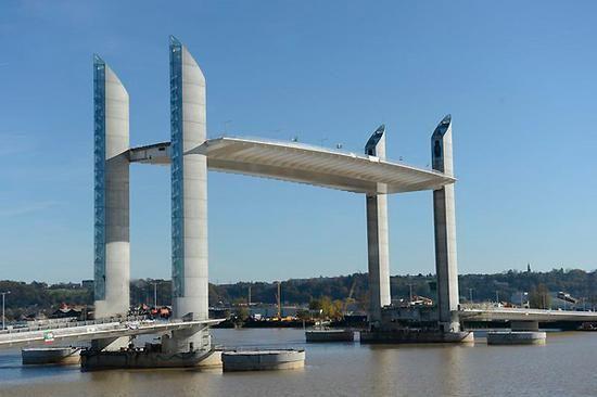 Le 5e franchissement routier de la Garonne à Bordeaux se devait d'être un pont urbain, liant deux quartiers en pleine évolution, et privilégiant aussi les modes de cheminements doux (piéton, vélos, transports en commun). Il se devait également de ne pas barrer la Garonne à l'arrivée des gros
