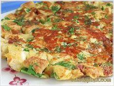 ✿ ❤ ♨ Bayat Ekmek Omleti / Bayat ekmeklerini değerlendirebileceğiniz güzel bir omlet tarifi / Malzemeler: 4-5 dilim bayat ekmek, 4 adet yumurta, 8-10 dal maydanoz, 1 çay bardağı dolusu beyaz, peynir veya kaşar peyniri, Varsa çok az sucuk, Biraz karabiber, Arzuya göre pulbiber, 1 tatlı kaşığı tereyağı, 1 yemek kaşığı zeytinyağı.