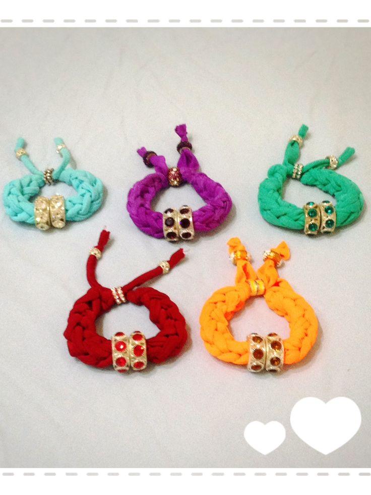 Coloratissimi bracciali realizzati con tecnica ad intreccio. Sono disponibili di vari colori anche su ordinazione. Contattatemi!!  email:butterflydilaura@gmail.com