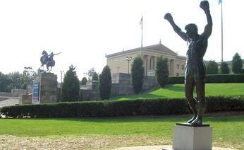 La statua di Rocky ai piedi della scalinata dell'Art Museum. Internet