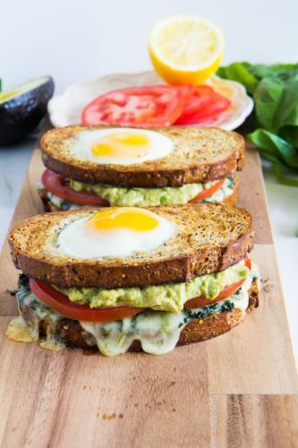 Sándwich con aguacate, queso, tomate y huevo*