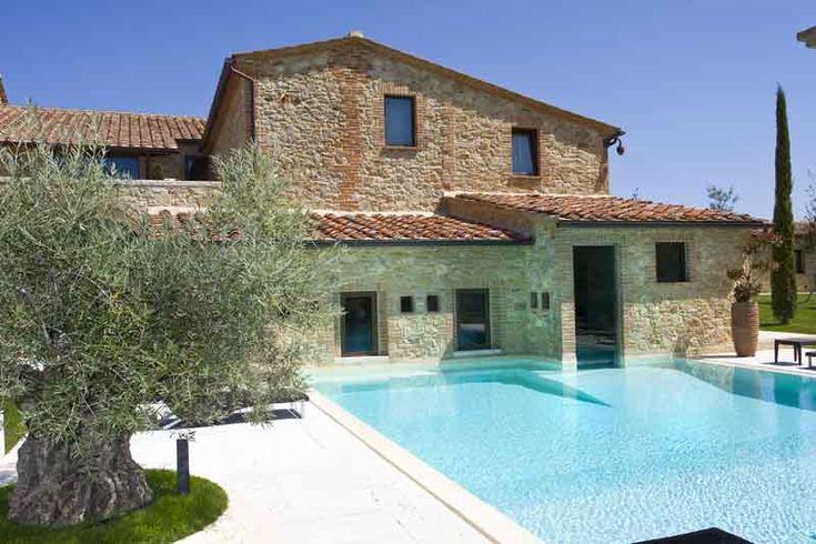 L'architetto Pietro Del Vaglio ha restaurato il Podere Ascianello, ad Asciano, utilizzando l'acqua per unire interno ed esterno