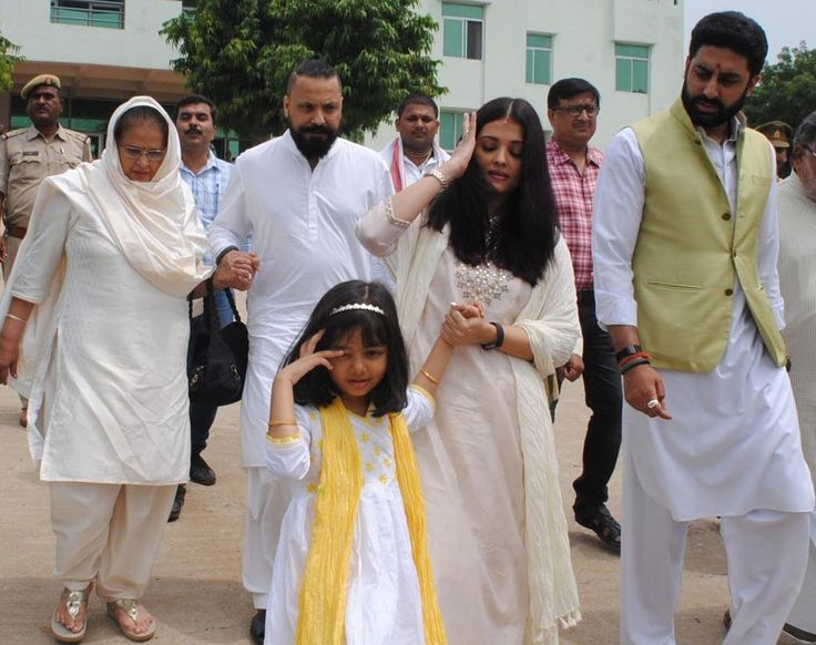 Aishwarya immerses fathers ashes at Sangam with Abhishek Bachchan and Aradhya