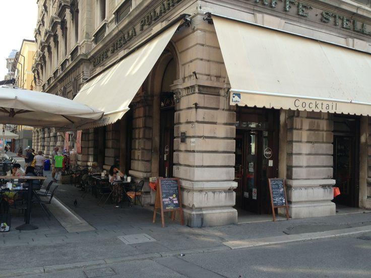 Ma prima si concesse un tramezzino e un «nero» – così i triestini chiamano il caffè in tazzina – alla Stella Polare, uno dei bar storici della città, a lato della chiesa di Sant'Antonio sul Canale.  Caffé Stella Polare