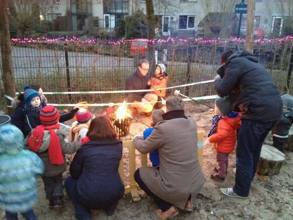 Kinderen, ouders en medewerkers van SKA-kindercentrum de Jonkvrouw vierden geslaagd winterfeest buiten in de tuin.