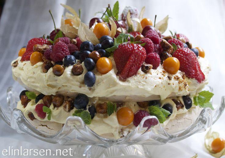 Pavlova med appelsinkrem, karameliserte hasselnøtter og ferske bær