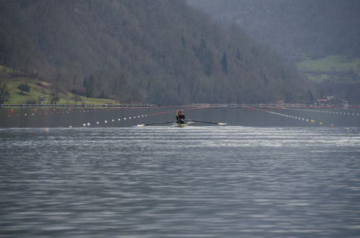 Le nouveau bassin de compétition du lac d'Aiguebelette : http://www.aviron-lac-aiguebelette.com/ «  Tous droits d'exploitation réservés - Conseil général de la Savoie- www.cg73.fr »– © SavoieDépartement