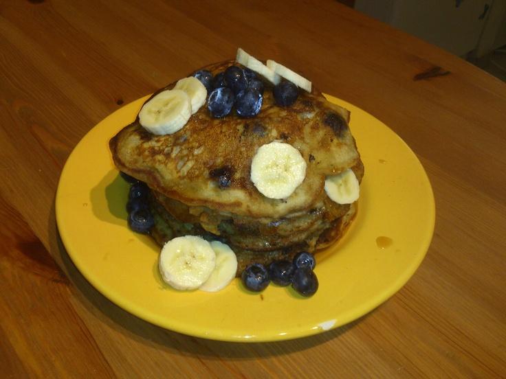 Banana-Bleuberry Pancakes ingrediënten: 235ml  bloem  10ml vanillesuiker  5ml bakpoeder 5ml soda snuifje zout 235ml sojamelk  5ml witte wijnazijn 20ml zonnebloemolie 2 rijpe bananen 1 bakje bleuberry's bakboter soja recept: * maak deeg * prak de bananen tot moes en voeg toe aan het deeg * spoel de bleuberry's en meng ze onder het deeg * bak de pannekoeken op medium-hoog vuur * voeg 2 à 3 eetlepels van het deeg in de pan per pannekoek  lekker met maplesirop