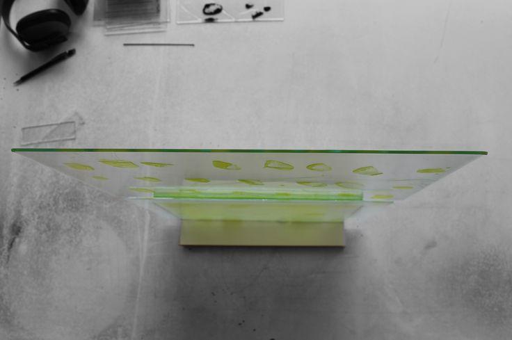L'histoire avance |Sculpture | Verre thermoformé émaillé | jaune, blanc | 50x37 cm | socle acier